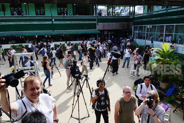 アウンサンスーチー氏の投票を取材するため多くの報道陣が集まった。この投票所の有権者数よりも多いのではないかと揶揄する地元メディアもあった。撮影 宇田有三