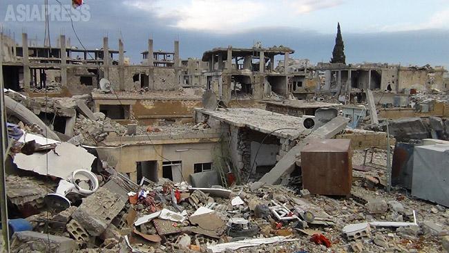 シリア北部の町コバニ。イスラム国(IS)の激しい砲撃と有志連合の空爆などで破壊され、町は瓦礫となっていた。ISは今年1月末、町から一時撤退したものの、遠方射撃や自爆攻撃は続いていた。(2014年12月・撮影:アジアプレス)