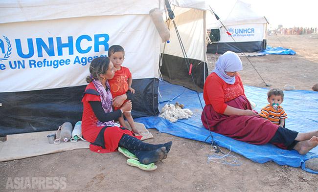 シリア国内には、いくつもの難民キャンプがある。国連などが支援しているが、そうした場所もいつISが侵攻してくるかも分からず、難民たちは安全を求めて国外への脱出を目指す。だが、脱出できても仕事のあてもなく、言葉も分からず、国外でも過酷な生活が待ち受けている。(2014年9月ハサカ県で撮影・玉本英子)