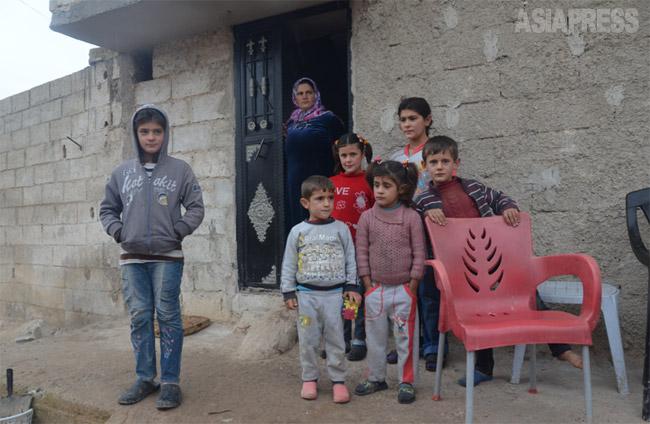 昨年12月、コバニでの戦闘は最も激しくなり、町の半分ちかくがISに制圧された。10万だった住民のほとんどがトルコに逃れ、約2000人にまで減った。ときおり砲弾が飛んでくるため、子どもたちは日中のほとんどの時間を暗い部屋の中でじっと座って過ごしていた。(2014年12月・撮影 玉本英子)