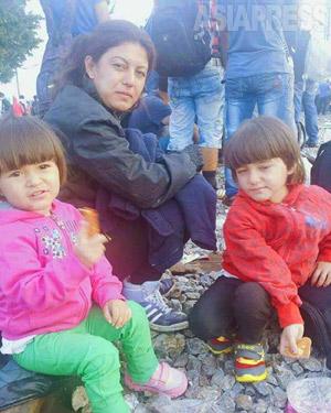 シリア人記者フェルハッドさんの妻と二人の幼い娘。女児は5歳と2歳半。シリア・コバニから脱出し、一緒にトルコからゴムボートで闇夜の海を越え、ギリシャにたどり着いた。コバニ近郊ではISの包囲が続き、故郷を捨て、ドイツに向かうことを決意した。写真はフェルハッドさんが、ギリシャ通過後の移動途中に撮影。(フェルハッド・ヘンミさん撮影:2015年9月)