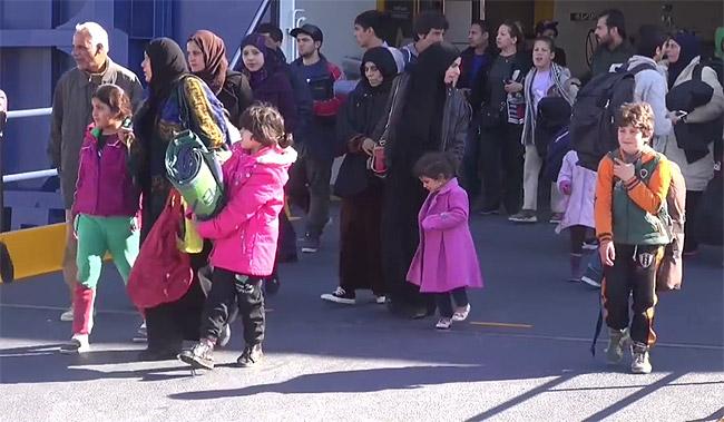 ギリシャに上陸した難民たち。多くは親戚のいるドイツ、スウェーデンなどを目指す。(ギリシャ沿岸警備隊撮影映像)