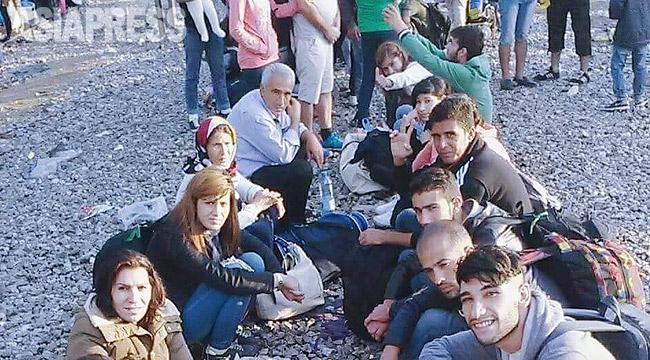 フェルハッドさんが携帯電話のカメラでマケドニア移動中に撮影した写真。故郷コバニからの難民たちだ。ほとんどの人たちが親戚のいるドイツなどを目指した。(フェルハッドさん撮影:2015年9月)