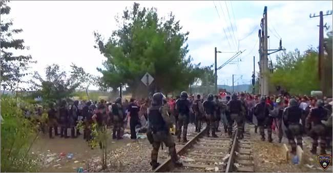 ギリシャからの越境行為を統制するために投入されたマケドニアの警察部隊。一部で難民たちとの衝突も起きている。(2015年8月・マケドニア警察撮影映像)