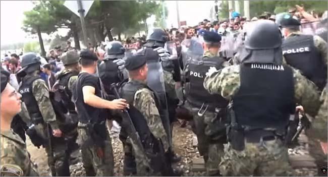 マケドニア警察がギリシャ国境にフェンスを設置しようとし、越境を止められた難民の一部が抗議、衝突する事態も。(2015年8月・マケドニア警察撮影映像)