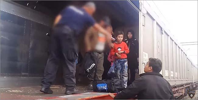 シリア内戦とイラクの混乱などで、ヨーロッパに大量の難民が押し寄せている。写真は貨物列車に隠れていたところを警察に発見された難民。(2015年6月・マケドニア警察撮影映像)