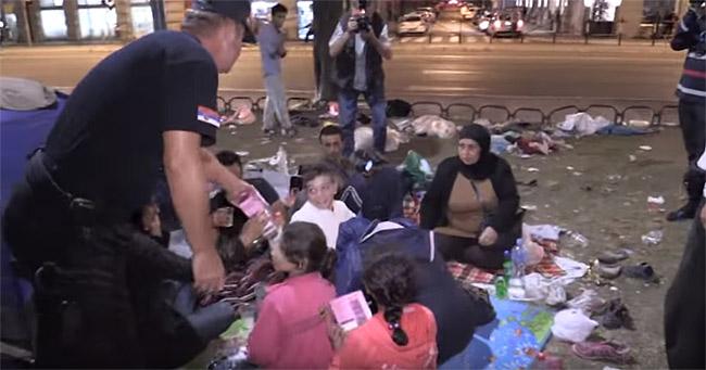 セルビア内務省が公表した映像では、「当局は難民に丁寧に対応」と伝えている。(2015年10月・セルビア内務省撮影映像)