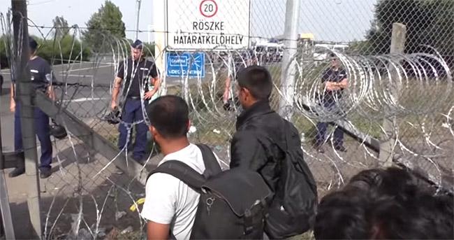 戦火に追われ逃れてきた人びとに罪はない。だが、ヨーロッパ各地では大量に流入する難民や政府の受け入れ政策に抗議する運動も起きている。難民問題とどう向き合うか、ヨーロッパは大きな課題を突きつけられている。(2015年10月・セルビア内務省撮影映像)