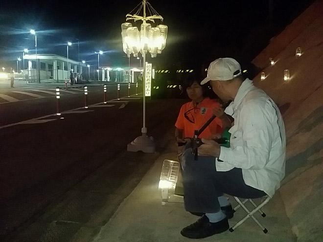土曜日の夜はピースキャンドルに呼応して「カジマヤーキャンドル」がともる。三線の合奏がおこなわれていた(沖縄県辺野古で11月撮影・栗原佳子)