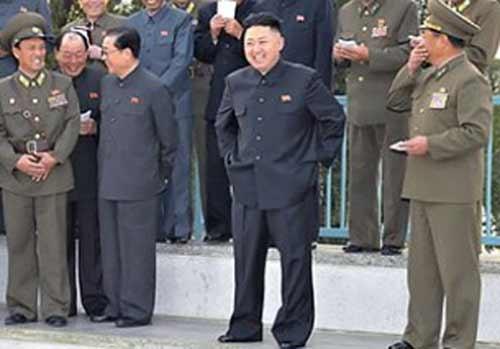 ローラースケート場視察の場でも、金正恩の隣で張は後ろ手を組み、別の人間と歓談するなど余裕を見せ付けている。(2012年11月4日、朝鮮中央通信より引用)