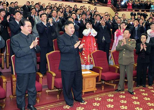 これも張と金正恩が「並び立つ」ことを印象付ける強烈な写真だ。右前列にいる金慶姫と崔龍海をはじめ会場の全員が、まるで二人を称えて拍手を送っているように見える。2013年4月15日の金日成生誕日に楽団の演奏観覧を伝える記事より。(労働新聞)より引用)
