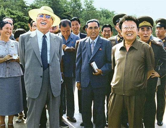 1985年に撮影された金日成(左)と金正日の現地視察の様子。(「わが民族同士」より引用)