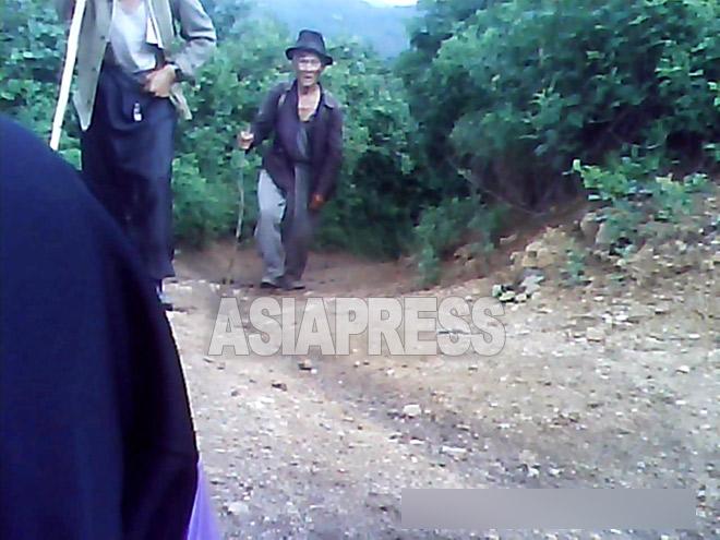 畑を耕すために山に登っていく。地方都市の貧しい住民たちだ。2013年6月、ある地方の山中で撮影ミンドゥルレ(アジアプレス)