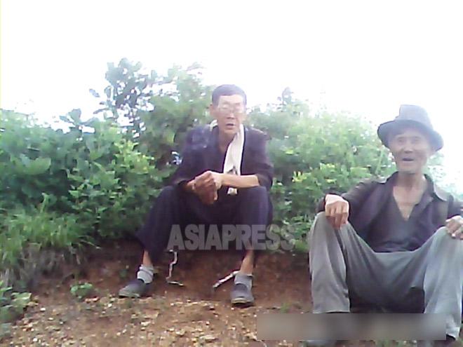 右側が「インカデ」をするために山に来たという80過ぎの老人。2013年6月、ある地方の山中で撮影ミンドゥルレ(アジアプレス)