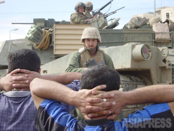 路上で米軍の身体検査を受けるバグダッド市民 (2003年4月 撮影 綿井健陽)