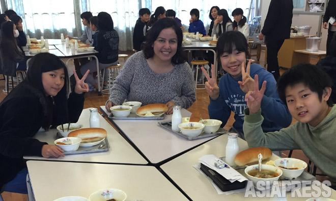 児童と給食をともにするシーランさん。幼い頃、戦争で食べ物がなく、家族8人で一切れのパンを分けた経験を伝えた(東大阪市の意岐部東小で2015年12月上旬 合田創さん撮影)