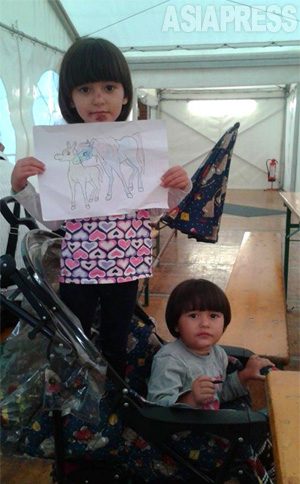 シリア・コバニから脱出、ドイツの難民収容施設にたどりついたばかりのフェルハッドさんの娘たち。(フェルハッドさん撮影:2015年9月)