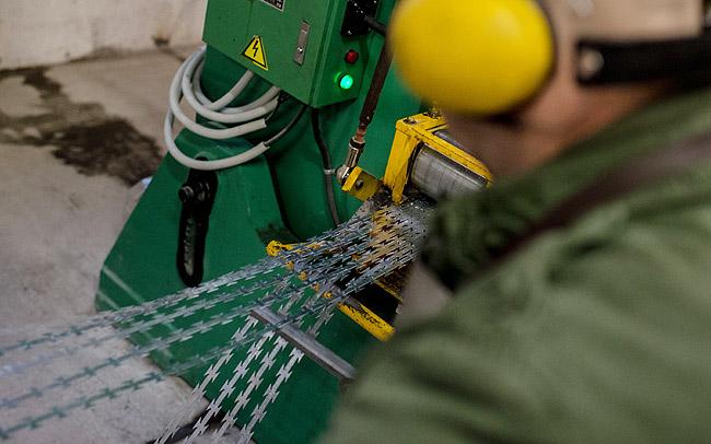 ハンガリー政府は、NATOフェンス製造のため刑務所収容者作業所で生産する態勢を整え、12月から稼動を開始した。(ハンガリー政府公表映像)