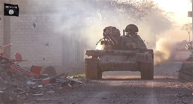 2014年夏、コバニに侵攻したIS。一時は町の半分近くが制圧されたが、クルド組織側が徹底抗戦。写真はコバニに入ったISの戦車。(IS映像より)