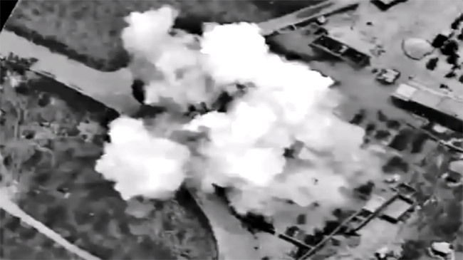 米軍主導の有志連合はシリア空爆を続けている。写真は有志連合の戦闘機が、コバニ近郊のIS拠点を爆撃で破壊する様子。(米軍公表映像・2015年4月)