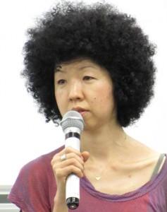 座談会では、紛争地を取材する女性記者2人と、稲垣えみ子元朝日新聞論説委員(写真)を交えて行なわれた。(2014年9月 東京・早稲田大)