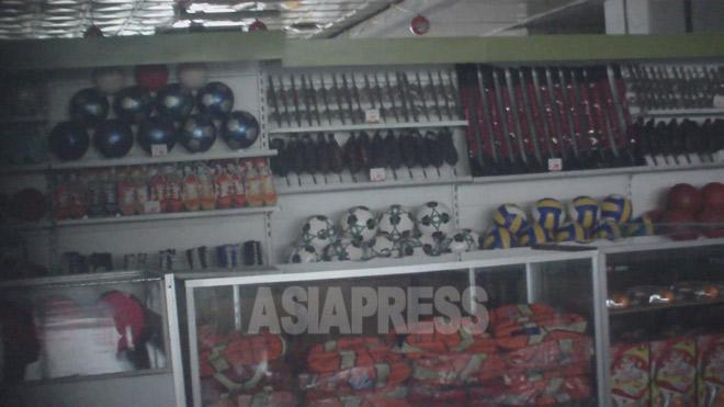 平壌第一百貨店の売り場に並ぶサッカー、バスケット、スケートなどの用具は陳列用で、販売されていなかった。2011年8月ク・グアンホ撮影(アジアプレス)