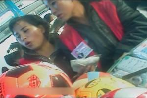 北朝鮮で最高の人気スポーツはサッカー。市場で中国製のサッカーボールが売られている。2012年11月両江道で撮影(アジアプレス)