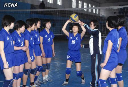 用具、装備の更新がままならないのが体育人たちの悩みだという。写真は平壌のある体育学校のバレーボールチーム 2013年朝鮮中央通信より引用