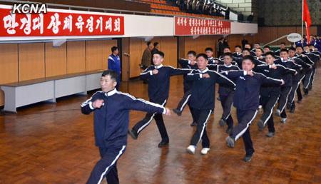 毎年、故金日成主席の生誕日(4月15日)前後に開かれる「万景台賞体育競技大会」が、北朝鮮最大の国内スポーツ大会だ。写真は2013年の開会式の一場面。(朝鮮中央通信HPより引用)