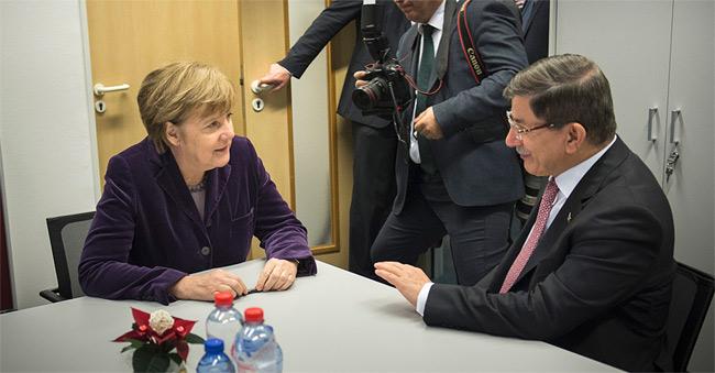 ドイツ政府は難民受け入れだけでなく、難民が生まれる要因に対処する政策にも取り組んでいる。シリアからの難民の多くがトルコを経由してくるため、トルコと協調してIS問題に取り組む方針を繰り返し表明してきた。写真はメルケル首相と会談するダウトオール・トルコ首相。(連邦政府サイトから)