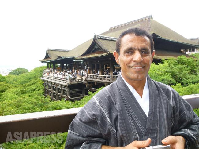 日本での難民申請をあきらめ、出国前に京都を訪れたイラク人のワリードさん(2012年6月:玉本撮影)