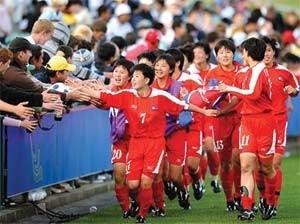 2015年8月、東アジアカップ大会で優勝した北朝鮮女子サッカーチームの選手たち (「わが民族同士より」引用)