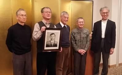 「熊取6人衆」全員がそろった最後の「原子力安全ゼミ」。左から海老沢さん、瀬尾さんの遺影を持つ今中さん、川野さん、小林さん、小出さん(大阪府熊取町で2月に撮影・栗原佳子)
