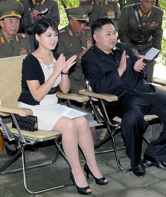 金正恩氏の視察に同行した李雪主氏。脇に置いた黒カバンが、いたく北朝鮮の人々の悪印象を呼んだようである。(労働新聞より引用)