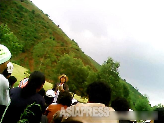農村動員の作業の合間に行われた政治学習の様子。「金正恩同志と生命・運命を共にする真の同志となるためにどうすればよいのか」について、女性幹部が早口で資料を棒読みしていた。(2013年6月北部地域 ミンドゥルレ撮影)
