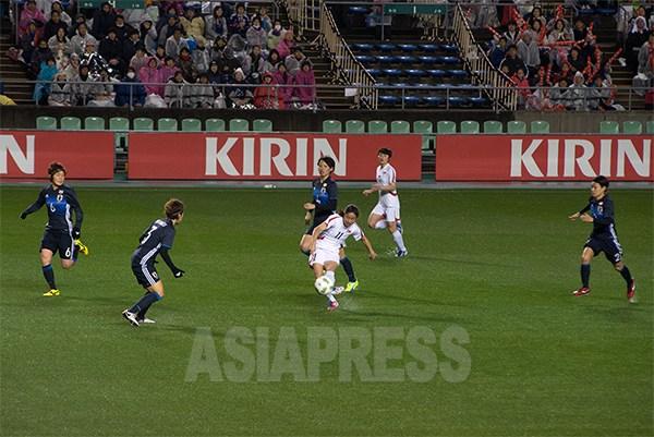 試合は終始、五分五分のシーソーゲームが繰り広げられた。シュートする北朝鮮のリ・イェギョン選手。2016年3月9日(撮影アジアプレス)