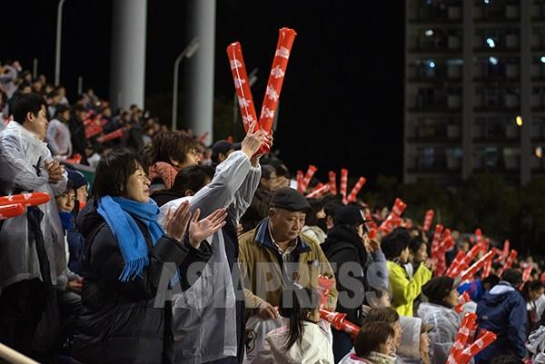 試合には負けたが、北朝鮮の応援団は選手たちの健闘を称え大きな拍手を送った。2016年3月9日(撮影アジアプレス)