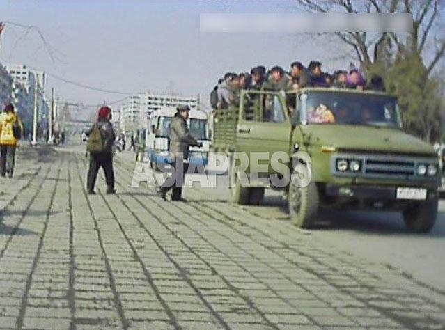 軍用トラックが「サービ車」の営業をすることは珍しくない。いわば軍の「アルバイト」である。この車の行き先は順天で、運賃は1人2500ウォン。(2013年3月平城市 ペク・ヒャン撮影)