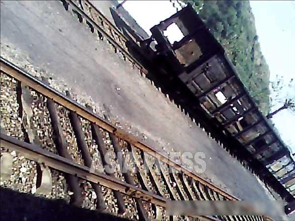 どの地域でも見かける古い貨車。鉄を売るために、泥棒や近隣住民、駅員までもが、貨車の扉をはじめ、車体から外すことのできるあらゆるパーツを持ち去ってしまう。(2013年9月北部の某駅 リ・フン撮影)】
