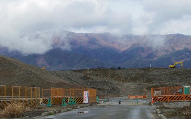 最大で高さ12メートルのかさ上げ工事が進む陸前高田の市街地(うずみ火)