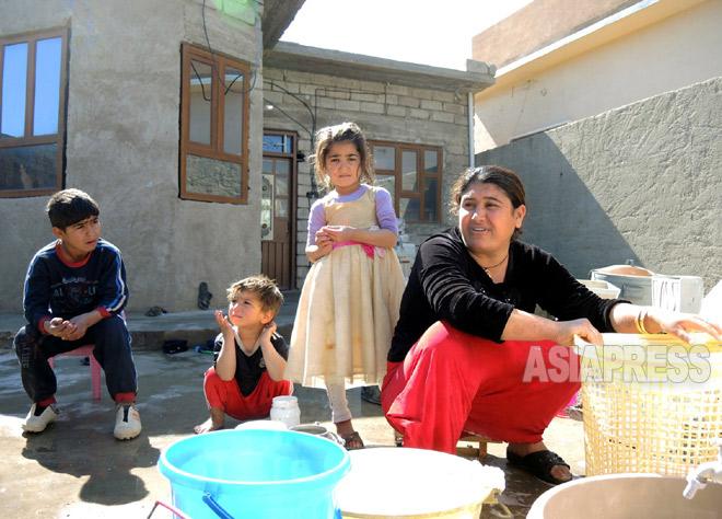 市内アザディ地区では7家族が帰還していた。「食糧も不十分な避難民生活は耐えられなかった」と母親は話す(3月上旬撮影:玉本英子)