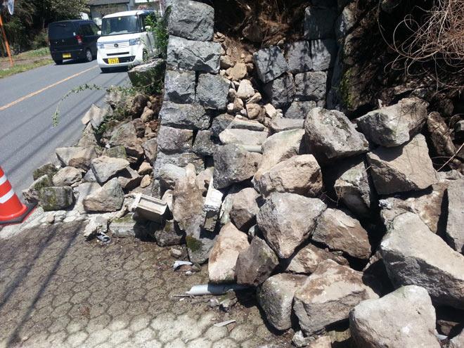 地震で崩壊した石垣=由布市湯布院町中川(2016.4.17撮影/矢野宏)