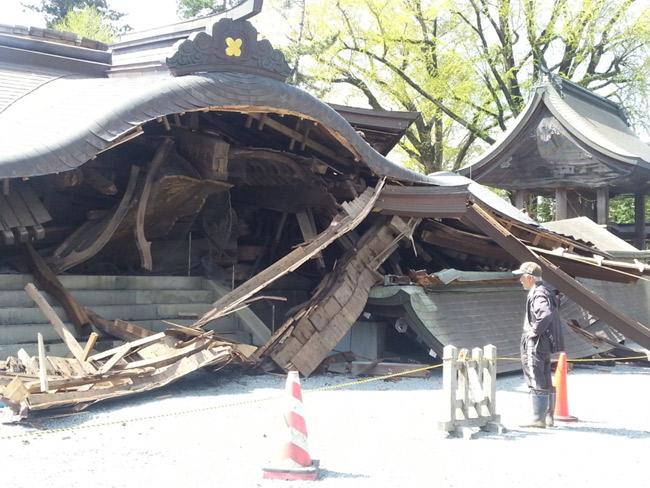 紀元前281年創建と伝えられる阿蘇神社も熊本震災で大きな被害を受け、この神社を心の拠り所としていた地元の人々に大きな衝撃を与えた(2016.4.17撮影/矢野宏)