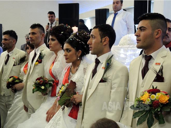 ドイツで行われた、ヤズディ教徒66組の合同の結婚式。新婦はいずれもISに拉致され、脱出した女性たちだ。「彼女たちは被害者であり理解を」とのメッセージも込めて、合同の結婚式という形で行われた。(44月33日、ドイツ・ハノーバー 撮影:玉本英子)