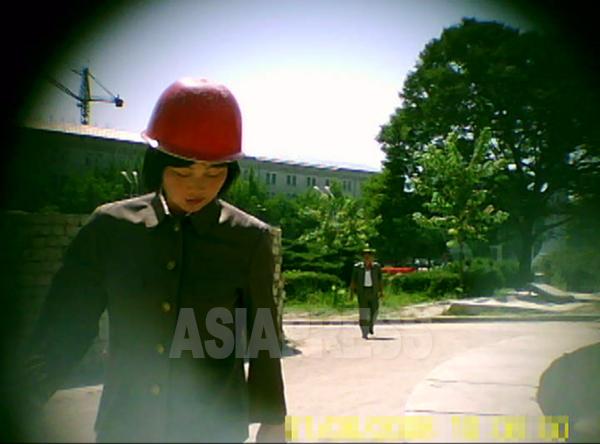 建設現場で働く突撃隊員の女性。やはり3~5年建設労働に従事する。栄養失調で生理が止まる人が多いという。2011年8月大同江区域にてク・グァンホ撮影(アジアプレス)
