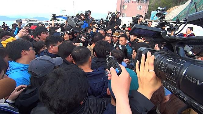 被害者家族が一縷の望みを託した「ダイビング・ベル」投入の遅れに、政府は一時強い非難を浴びた。港にはメディアが殺到した。(ⓒダイビング・ベル2014)