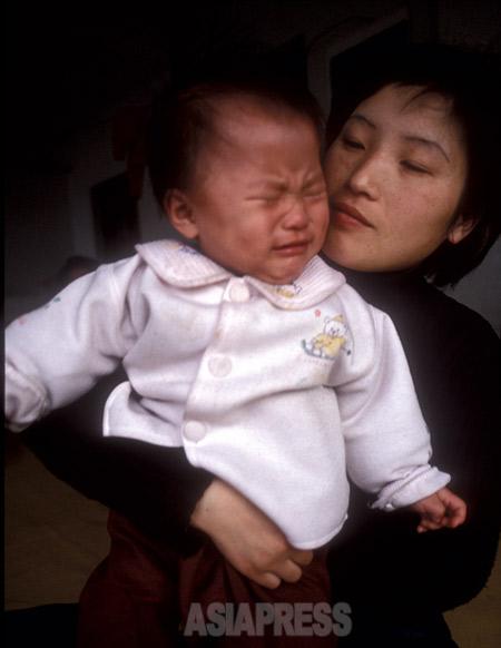 2002年に瀋陽日本総領事館に駆け込んだキム・ハンミちゃんと母のリ・ソンヒさん