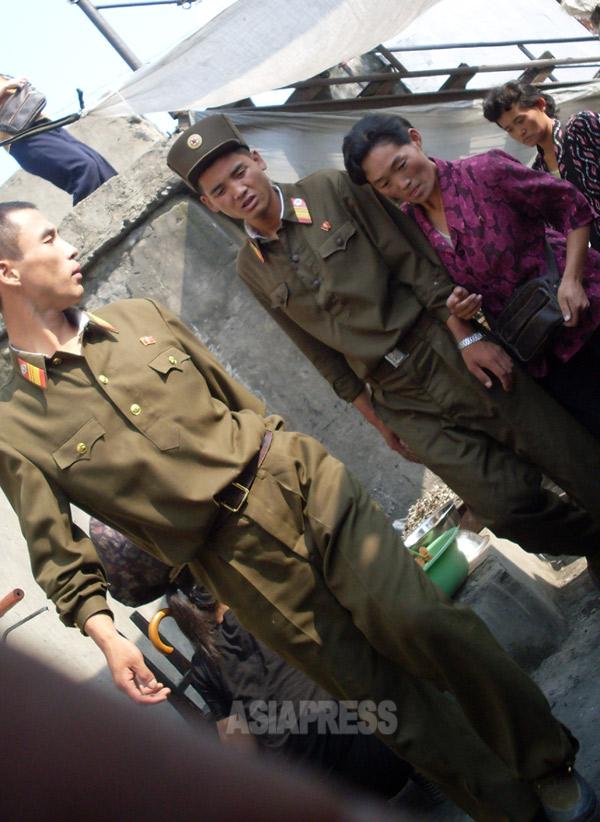 市場を徘徊する兵士たち。2008年9月 平安南道安州市(アジアプレス)