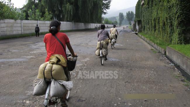 農村で買い付けたコメを都市部に運ぶ女性たち。平壌市江東郡(2008年)