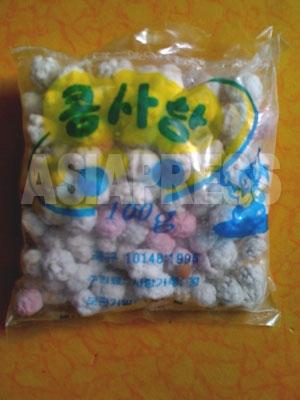 2月16日に配られた菓子袋の中に入っていた「豆キャンデー」。大豆を砂糖で包んだもののようだ。2011年2月 撮影 崔敬玉 (アジアプレス)